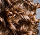 Kręcone włosy: jak dobrze wybrać formę strzyżenia?